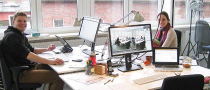 Unsere Mitarbeiter Kai und Ellen sind glücklich über die neue Büroausstattung, die ein professionelles Arbeiten möglich macht.
