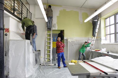 Bei so einem Projekt ist Teamarbeit gefragt. Langsam wird der Raum einheitlich weiß.
