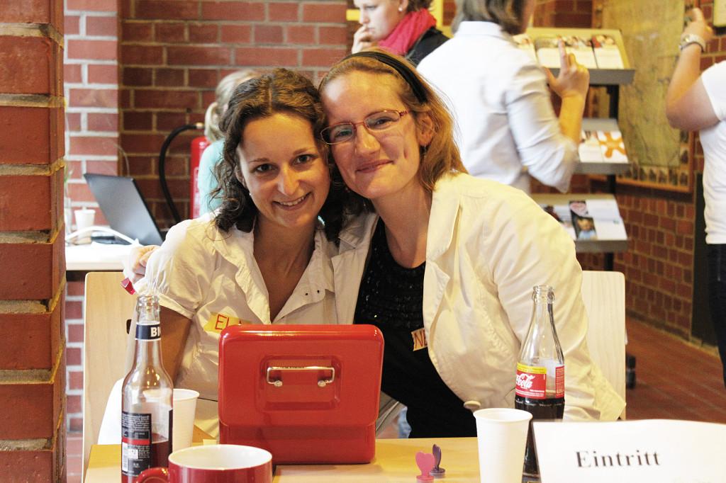tatkräftig-Projektbegleiterin Nele mit einer Freiwilligen bei einer Veranstaltung