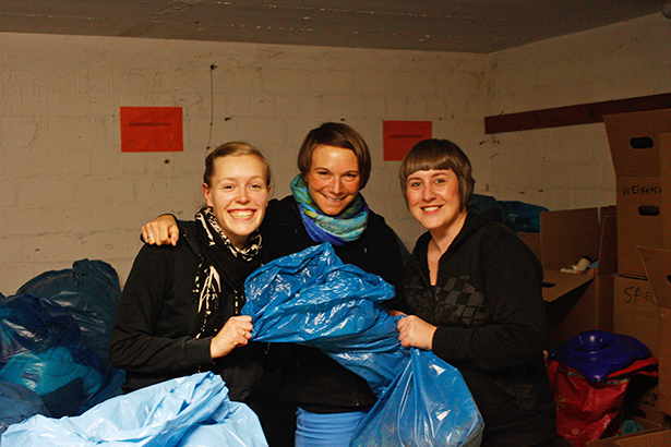 Hilfe beim Sortieren von Kleidung für Flüchtlinge