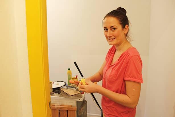 Eine Freiwillige von Olympus bei den Aufräumarbeiten in der ersten Kemenate Frauen-Wohnung