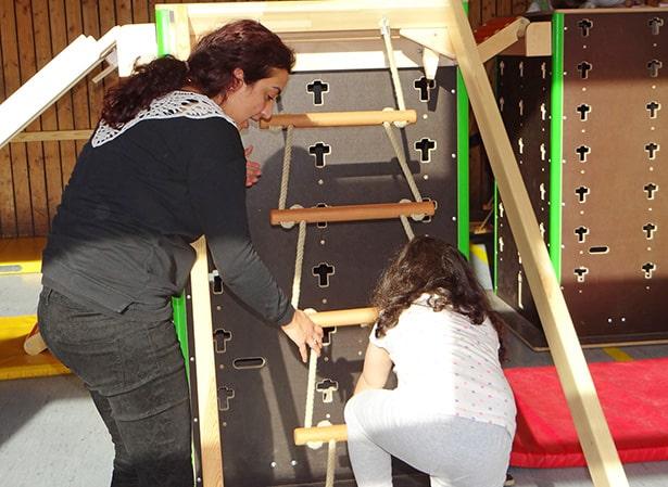 Ehrenamtliche Hilfe bei der Bewegungsbaustelle für Kinder