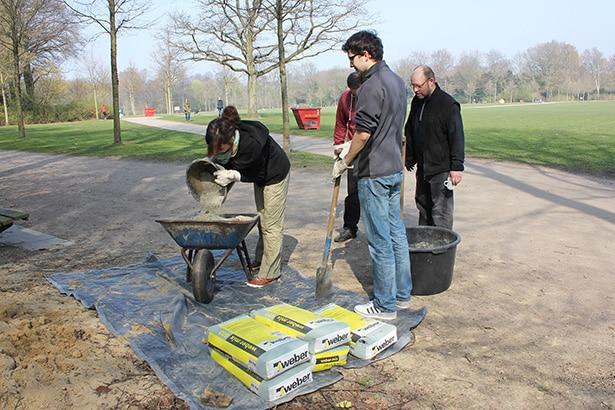Freiwilliges Engagement: Begradigung von Wegen und der Befestigung von Wegrandsteinen