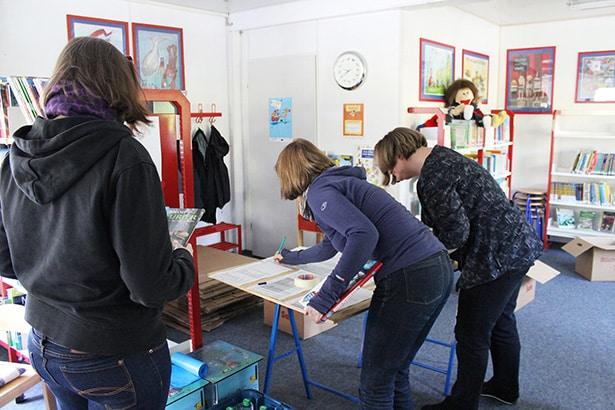 Freiwillige helfen bei der Inventur und beim Einpacken der Bücher