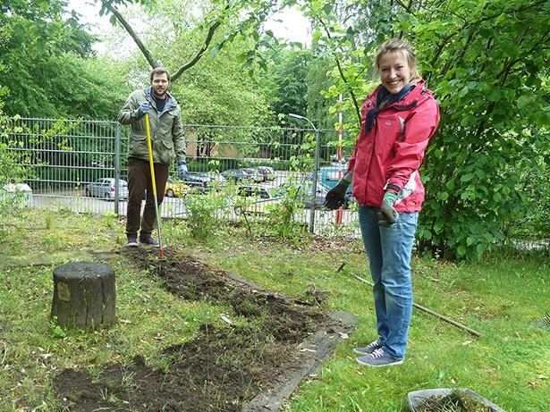 Ehrenamtliche bringen für die Senioren der DRK-Tagesstätte Eidelstedt den Garten in Schuss