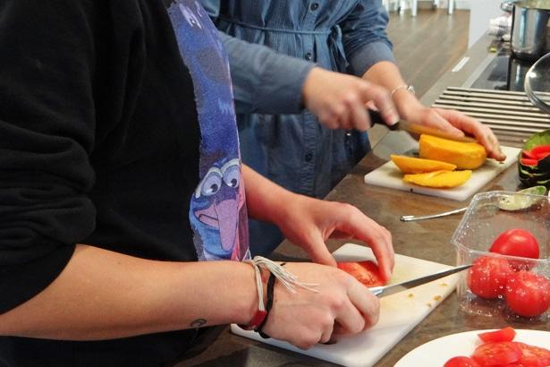 """""""Soziale Arbeit weiß ich nun mehr zu schätzen."""" – Barclaycard-Kolleginnen betreuen einen Bewegungsparcours für Kinder im Haus der Jugend Wilhelmsburg"""