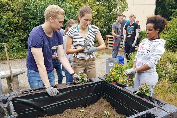 30 Azubis der Hamburger Hochbahn wuppen großes Gartenbauprojekt für eine f & w-Flüchtlingsunterkunft