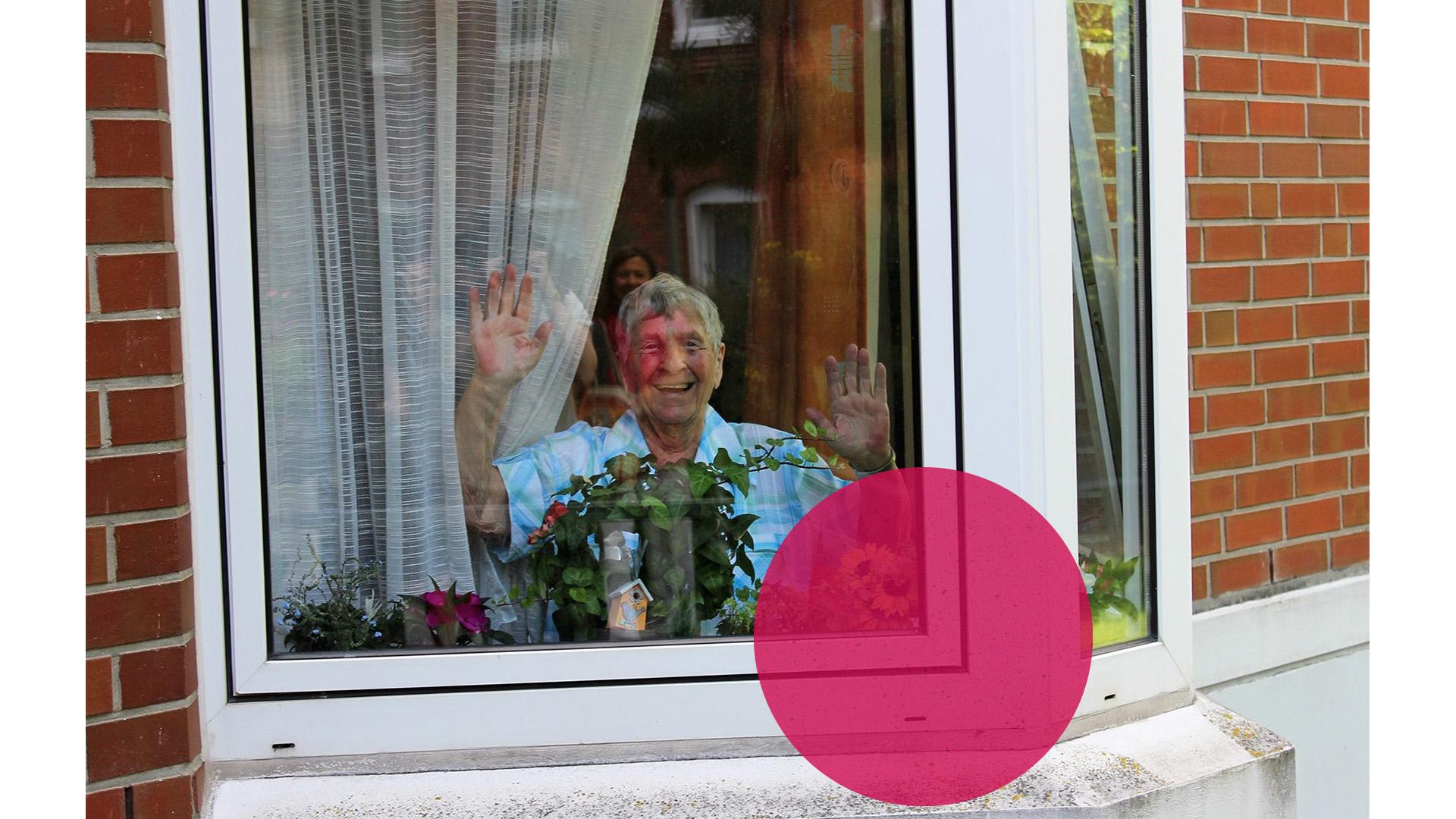 tatkräftig - Spenden - Dame am Fenster